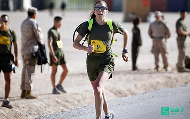 瞎忙是在跑步机上流汗,努力是在马拉松中坚持.jpg