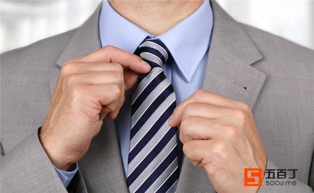 男生穿西装去面试打领带的技巧